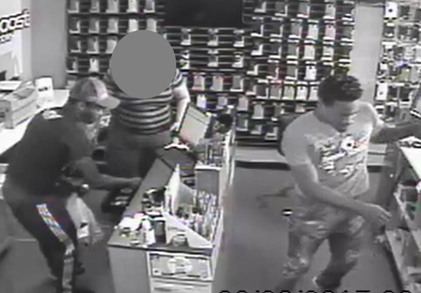 芝加哥麥克金利公園社區內一手機店發生大規模劫案,警方公布兩名嫌犯照片。(取自芝加...