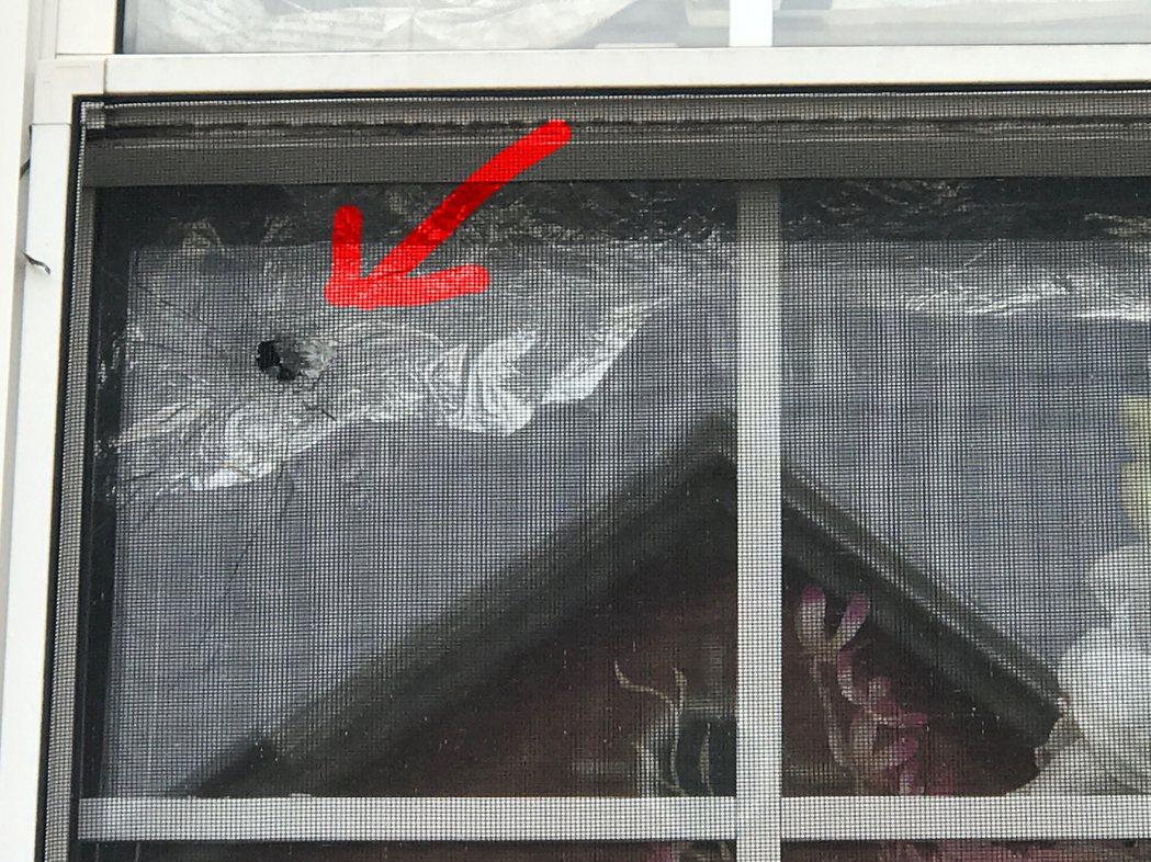 日前橋港區發生幫派火併,其中一枚子彈穿過華人房屋窗戶,差點擊中坐在窗旁沙發的華人...