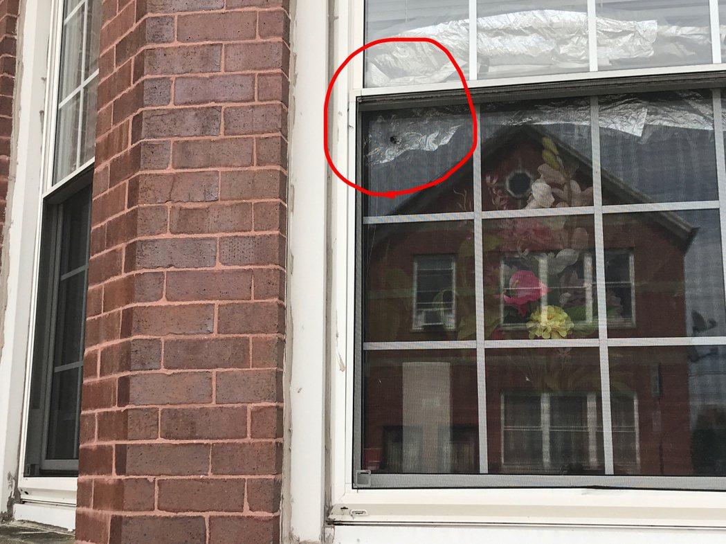 即時@日前橋港區發生幫派火併,其中一枚子彈穿過華人房屋窗戶,差點擊中坐在窗旁沙發...