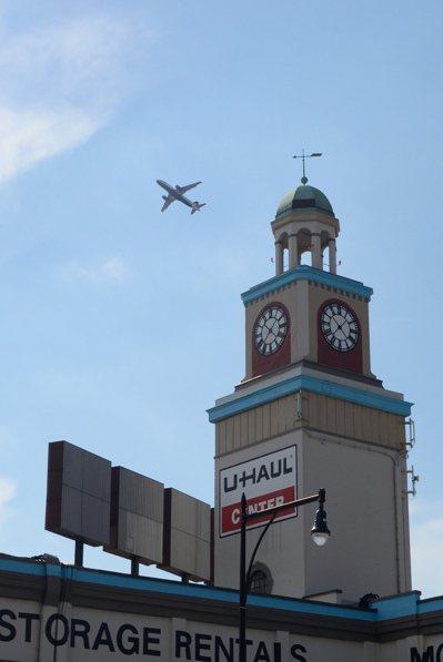 飛機不斷穿越法拉盛上空,民眾叫苦連天。(記者朱澤人/攝影) 朱澤人
