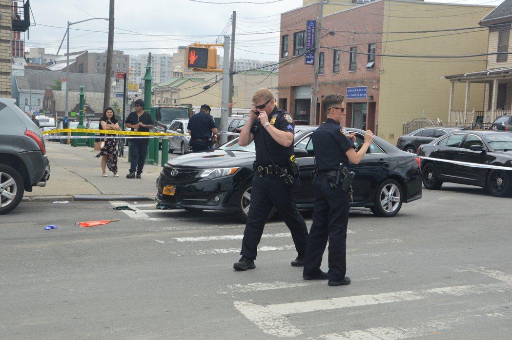 一名非裔駕駛豐田Camry汽車在法拉盛將一名華人工地的交通指揮員右腿撞斷,警察趕...