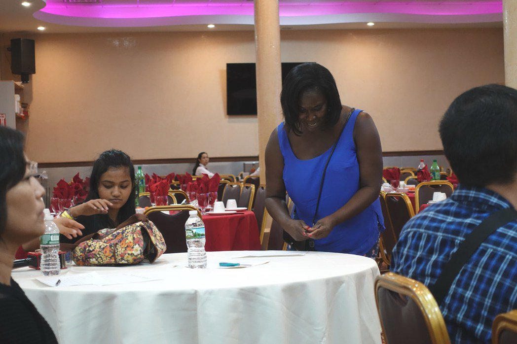 記者會現場,非洲裔女子聽後表示支持訴訟。(記者金春香/攝影)