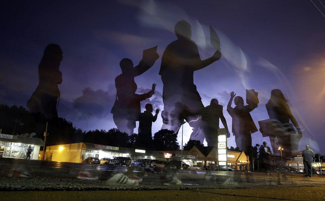 密蘇里州佛格森手無寸鐵的18歲非裔青年布朗2014年8月9日被白人警官威爾遜槍殺...