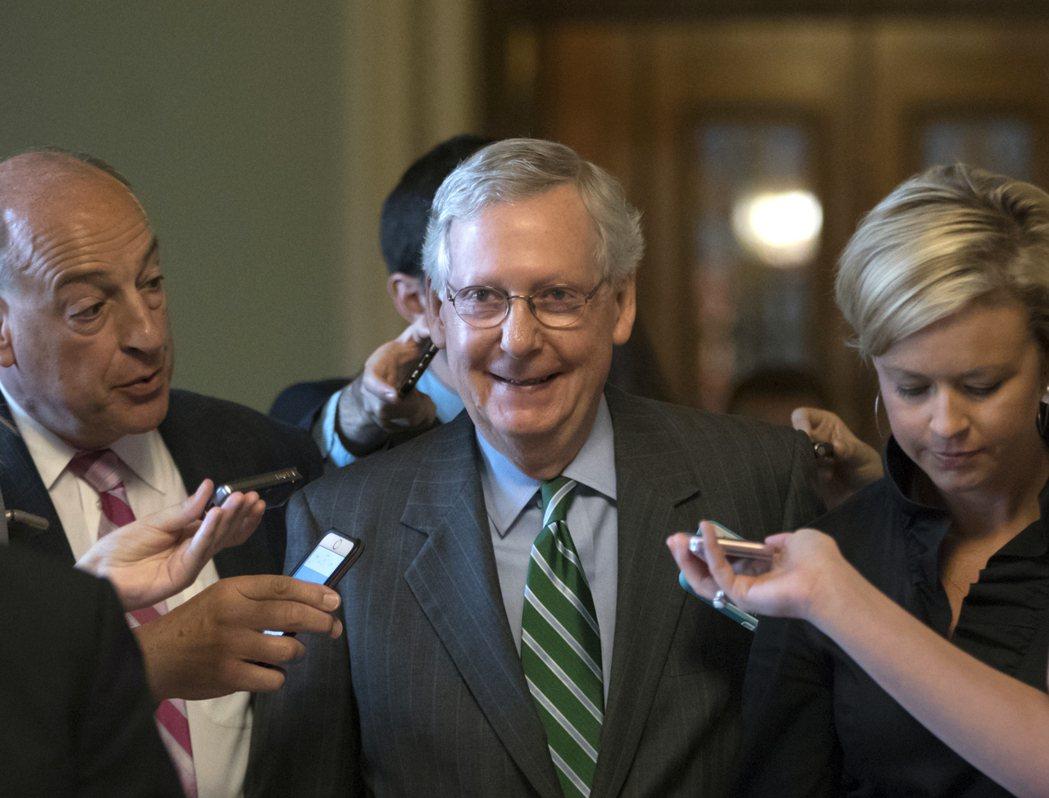 掌握共和黨支持票數,參院共和黨領袖麥康諾(中)面臨最大挑戰。(美聯社)