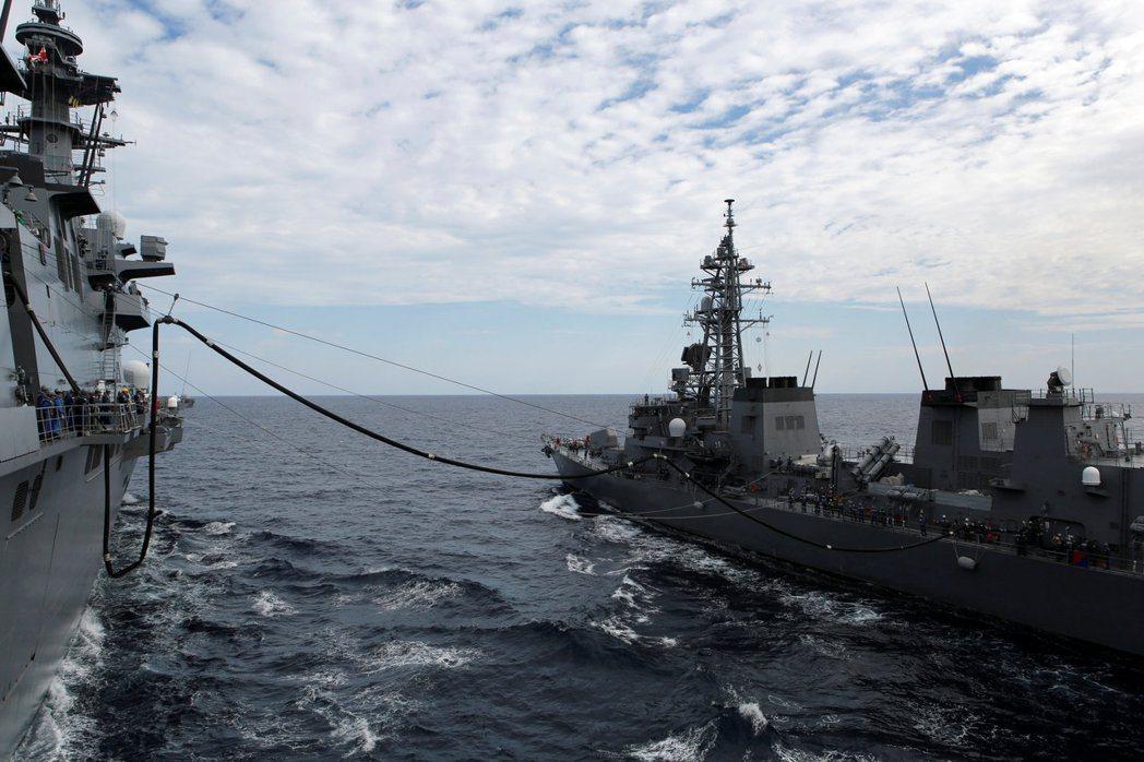 圖為出雲號在新加坡南海舉行軍演期間,接受燃料補給。(路透)