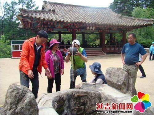 遊客在七寶山開心寺飲用泉水。(取材自延吉新聞網)