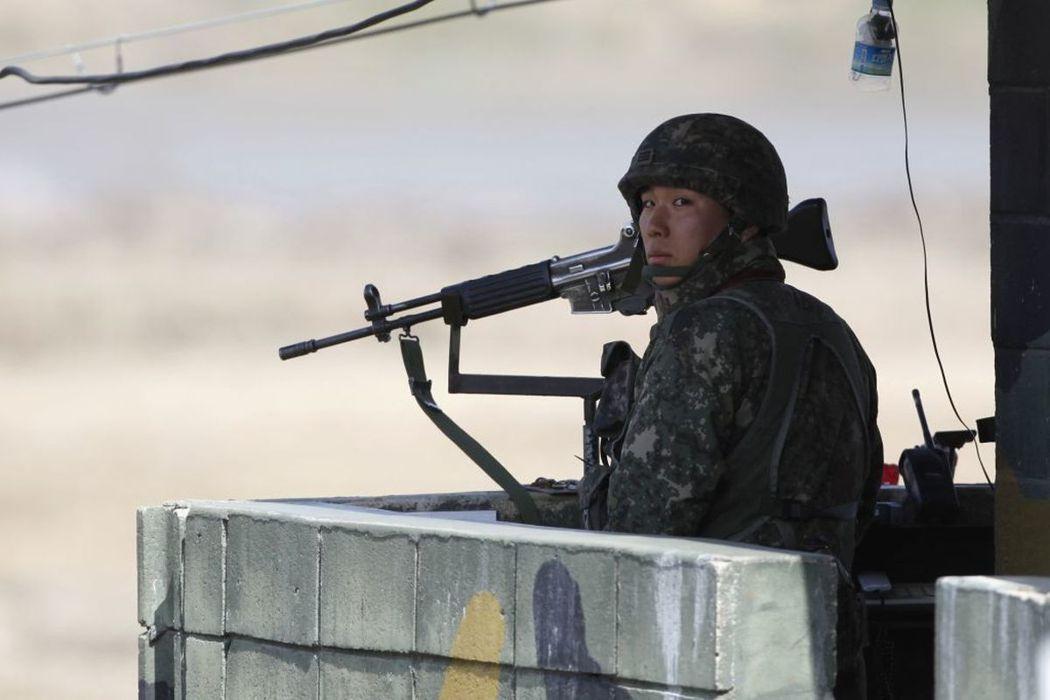 北韓又有士兵叛逃至南韓。圖為一名在DMZ哨所內站崗的南韓士兵。(路透)