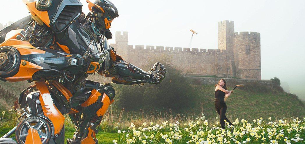 「變形金剛5:最終騎士」有許多誇張驚人的特效場面。 圖/UIP提供