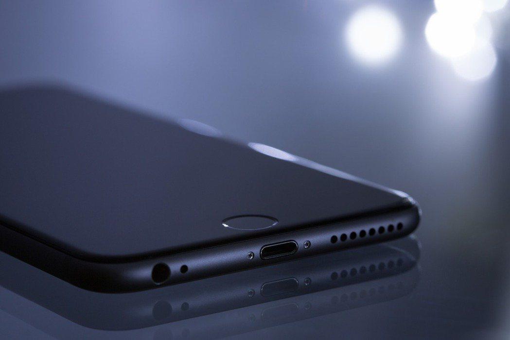 外媒報導,蘋果發明能讓iPhone無線充電的充電盒。圖/pixabay