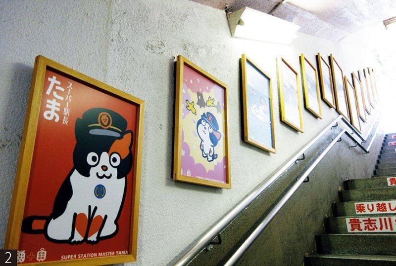前往貴志川線月台前的樓梯兩旁滿是小玉的海報