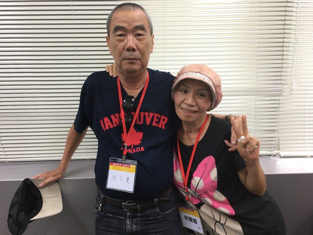 寶姐(右)與先生合照時,伸手比「Y」裝可愛。 記者鄧桂芬/攝影