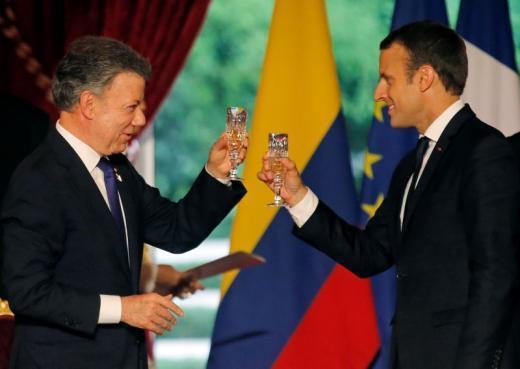 桑托斯(左)21日在巴黎會見了法國總統馬克宏。路透