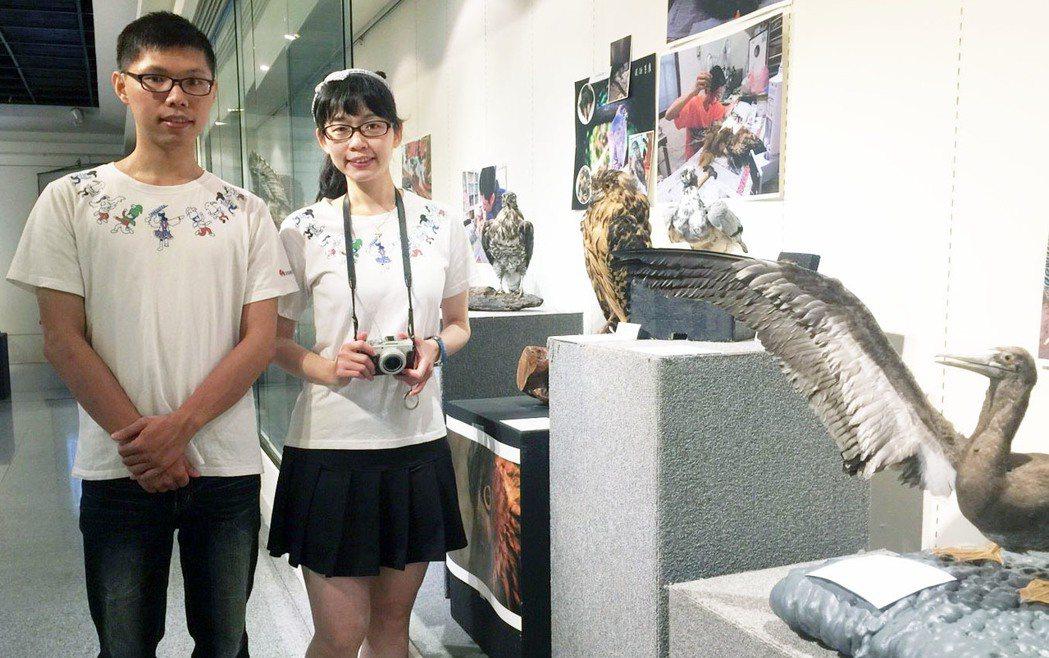 清大生劉璁翰、莊智帆(左至右)修復標本。記者郭宣&#24419/攝影