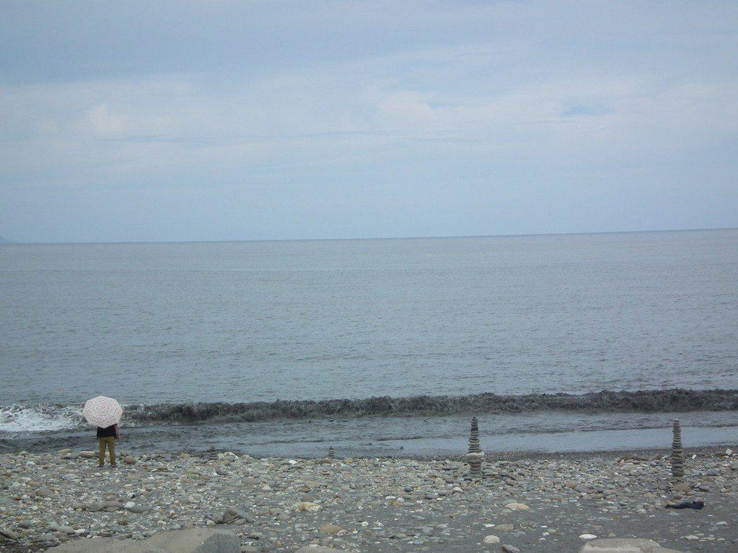 「國際地標」海灘石堆,一個比一個高,有的石堆和一般成人一樣高。記者尤聰光/攝影