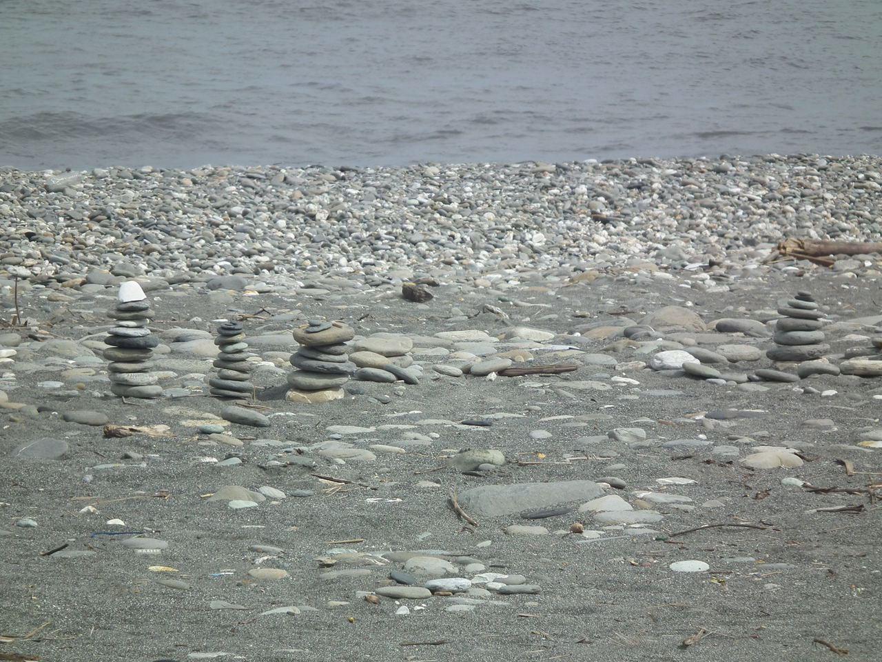 這些石堆陣,小的石堆也有5、6顆堆疊一起,散布在海灘各處。記者尤聰光/攝影