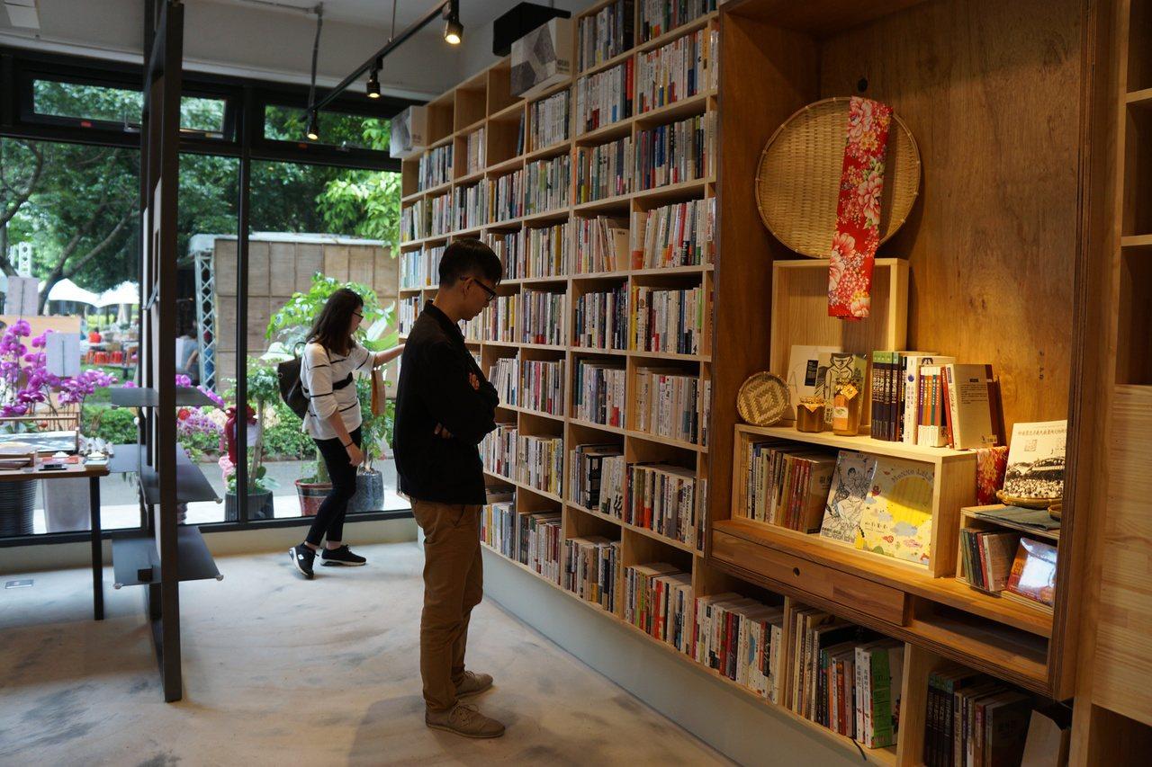 「或者書店」位於新瓦屋客家文化保存區內,店內藏書7千本,2樓結合在地小農,提供輕...