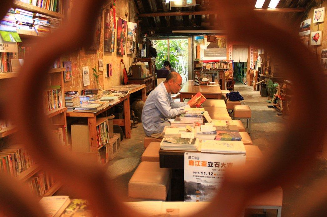 石店子69有機書店,店長盧文鈞卻不怕死、用「換書」編織閱讀夢。記者郭政芬/攝影
