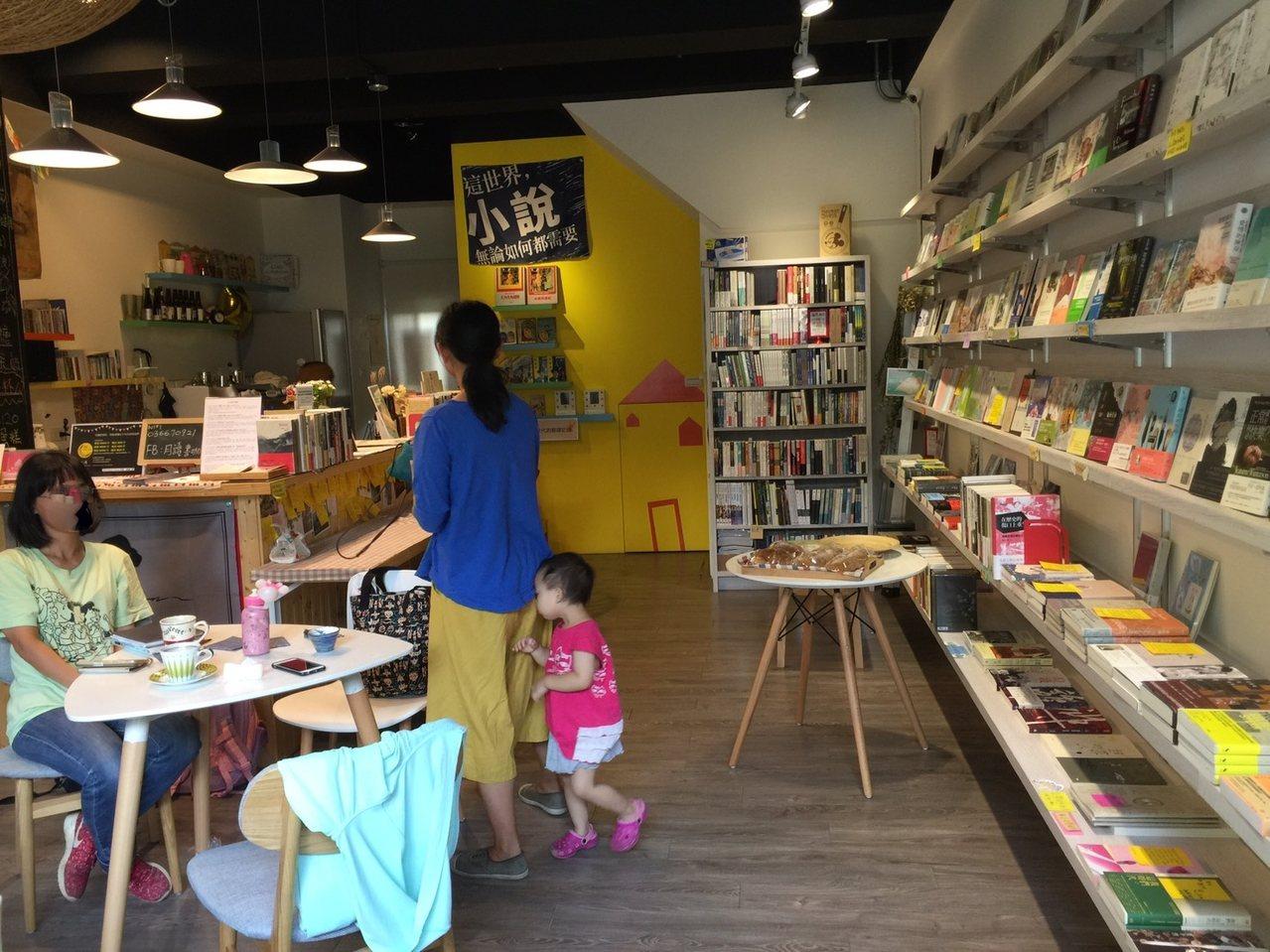 MR Book Cafe 月讀。書咖結合咖啡廳、藝文活動,增加民眾參與的機會。記...