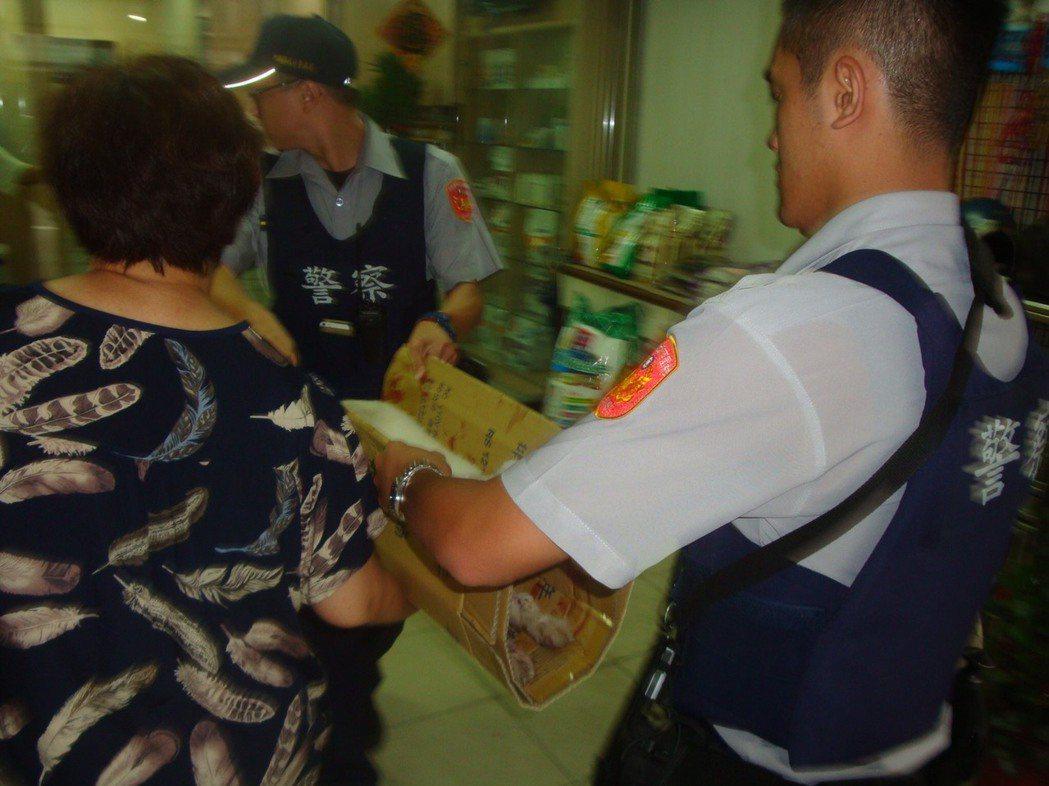 到寵物醫院也有人幫忙。圖/桃園市平鎮警分局提供