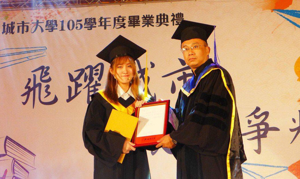 台北城市科大今年的畢業生代表葛子楊(左)是已逝藝人高凌風的女兒。圖/台北城市科大