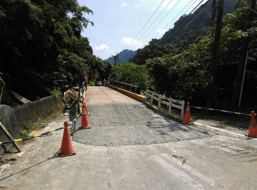 連接新店平廣路一段與二段的「黑橋」,3天前因結構受損封橋,但居民抱怨下山不便,新...