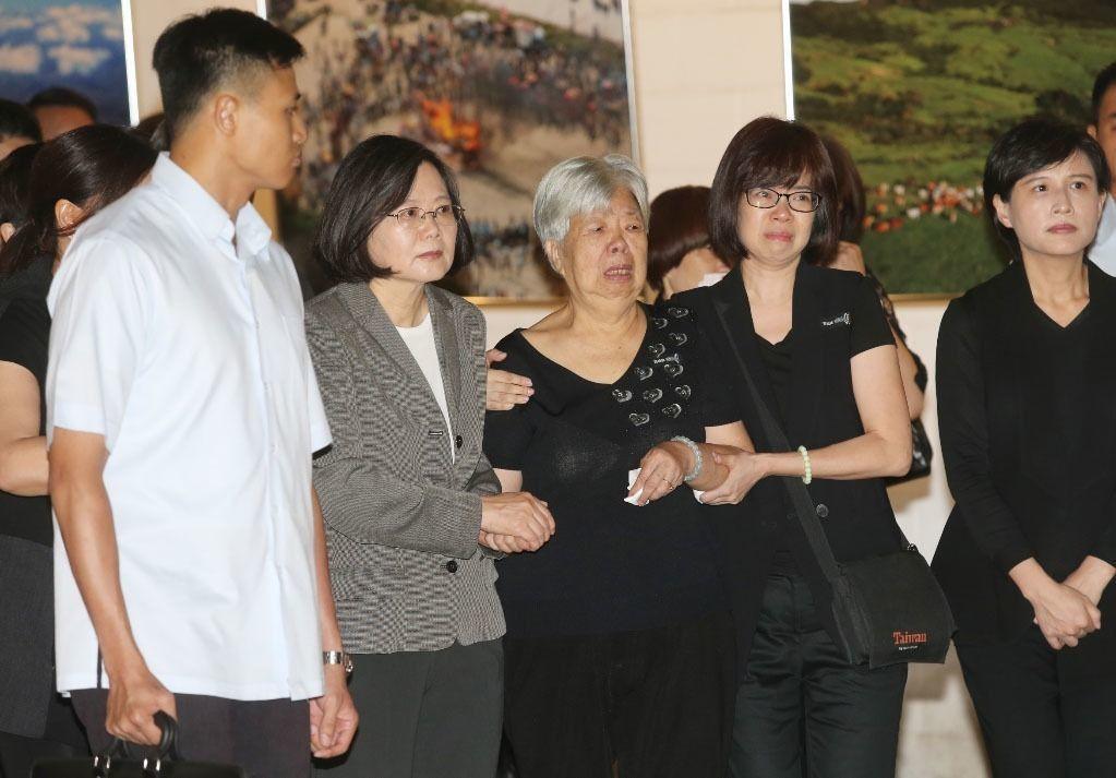 蔡英文總統今天上午出席「看見齊柏林」紀念展,蔡英文總統陪同齊柏林的母親一起看展。