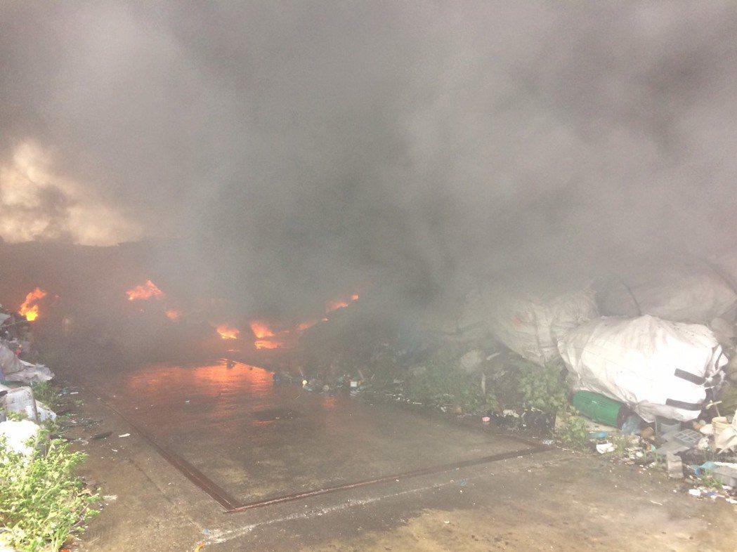 彰化縣芳苑鄉和福興鄉交界處的一處露天資源回收場上午失火,濃煙在幾公里外都看得到。...