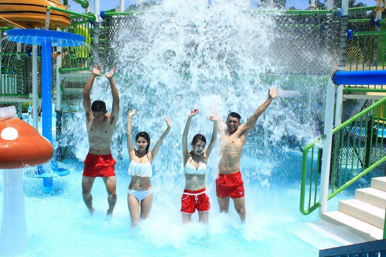 六福村水樂園今天湧入許多民眾,不少辣妹穿著比基尼玩水,直呼「超涼!」記者郭政芬/...