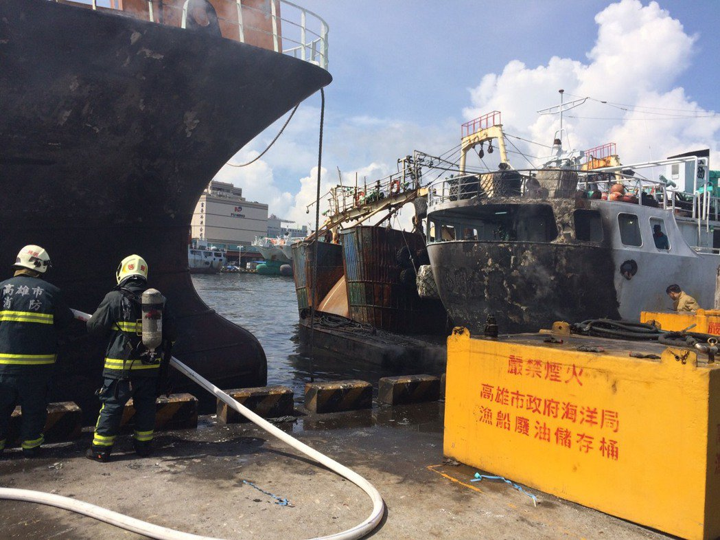 前鎮漁港發生漁船火警,船舶船體焦黑。記者劉星君/翻攝
