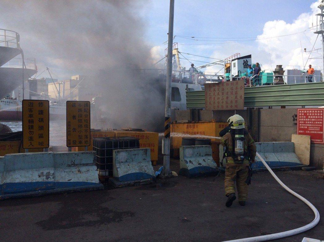 前鎮漁港發生漁船火警,大量濃煙竄出,消防人員到場撲滅火勢。記者劉星君/翻攝