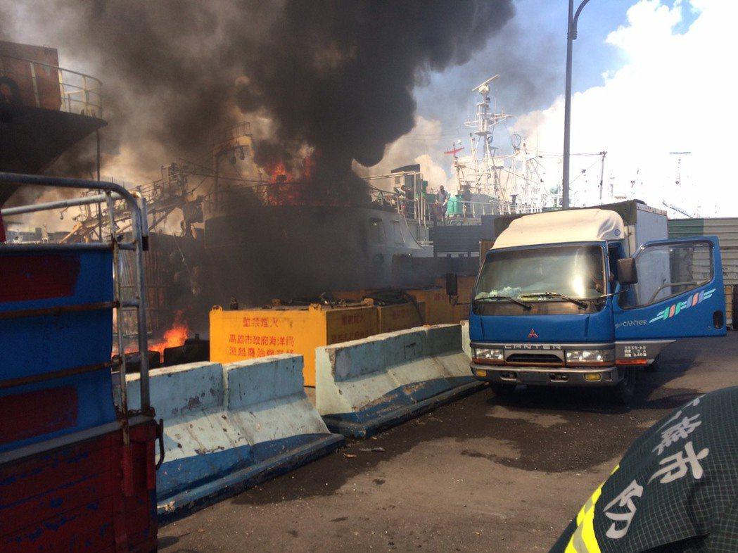 前鎮漁港發生漁船火警,大量濃煙竄出。記者劉星君/翻攝