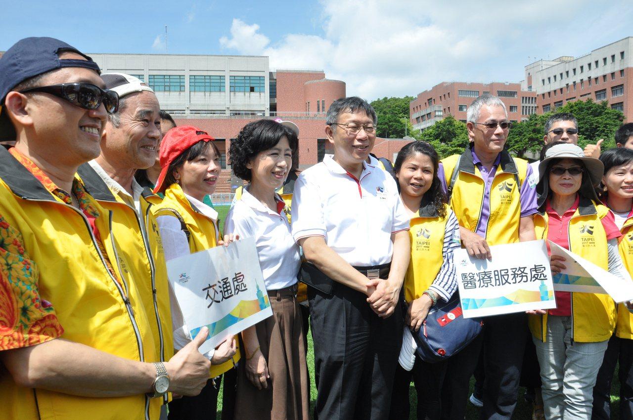 台北市長柯文哲(右四)今天到桃園參訪,妻子陳珮琪(左四)也同行。記者張裕珍/攝影
