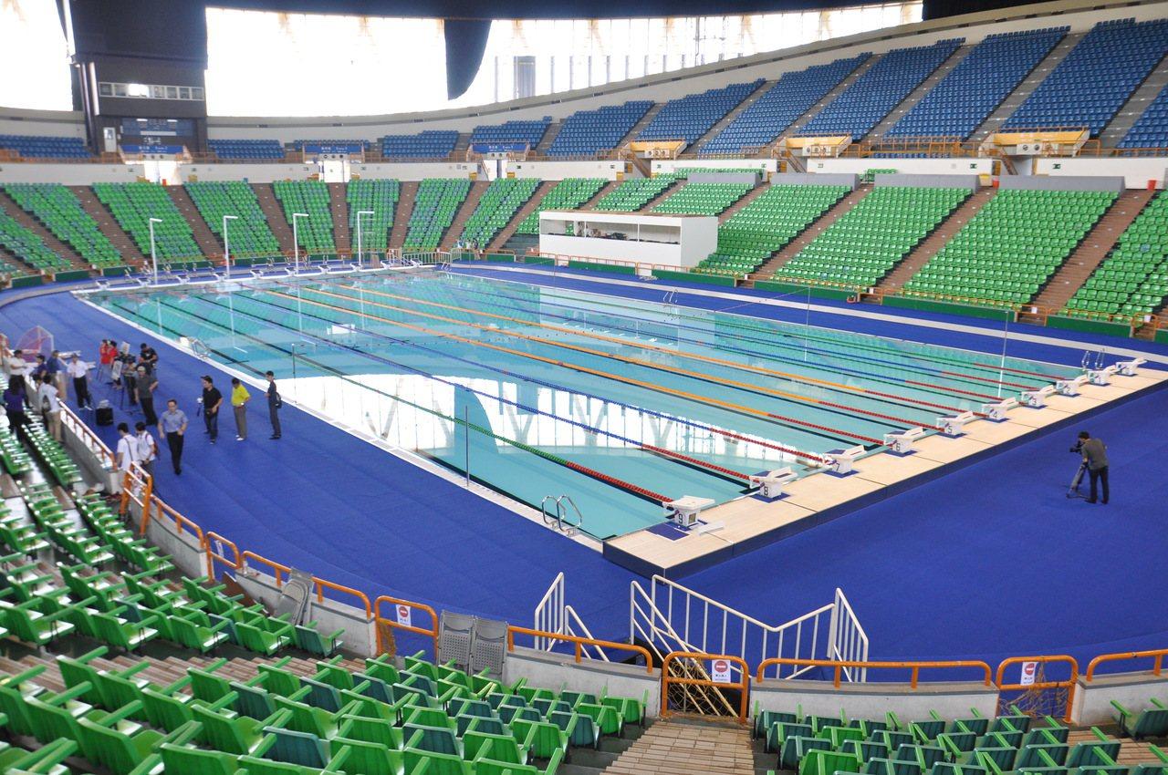 國立體育大學體育館斥資上億元裝設台灣首座活動式游泳池,長度50公尺,戶外也有長2...