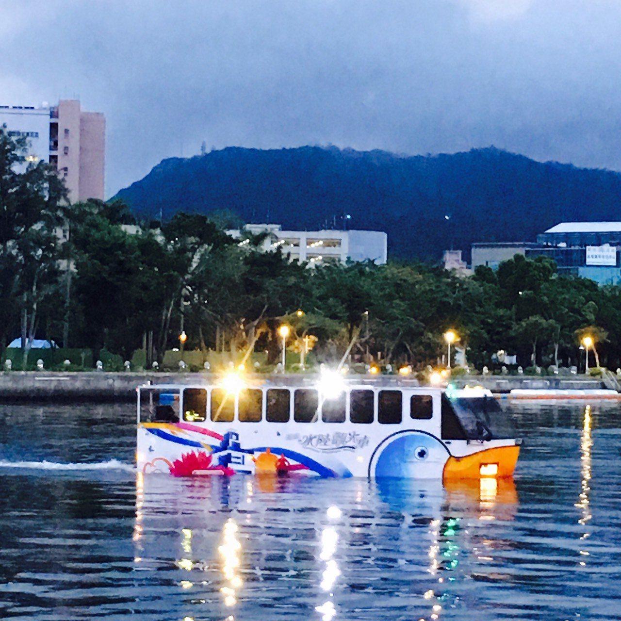 高市鴨子船7月起開夜航班次,可在較高位置欣賞愛河夜景。圖/高雄市交通局提供