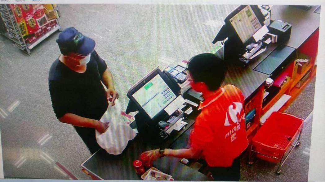 沈姓男子拿撿到的信用卡後,每次只刷數百元共盜刷近150次,且都戴帽子口罩避臉露臉...