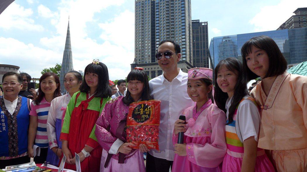 市長朱立倫(中)與參與活動的學童合影。圖/新北市教育局提供