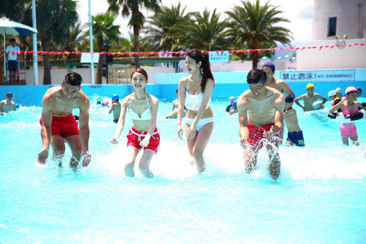 六福水樂園超浪漫希臘風情,民眾消暑戲水。圖/六福水樂園提供