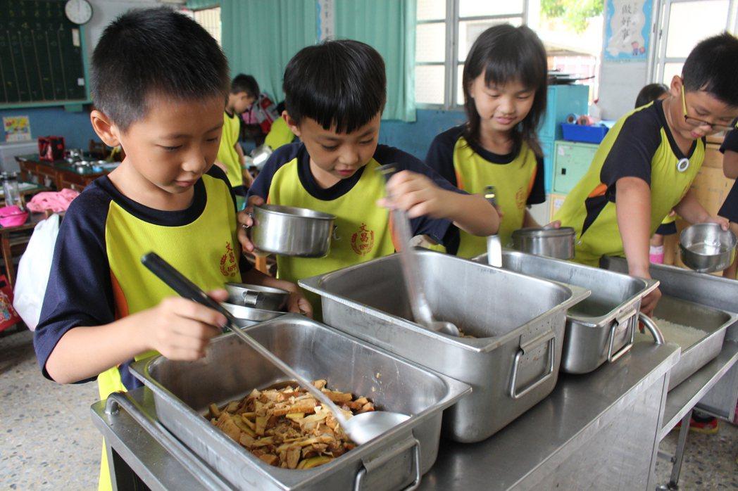雲林縣國小營養午餐有6成的學生家長同意新學年度漲價,讓學生吃得更營養。記者姜宜菁...