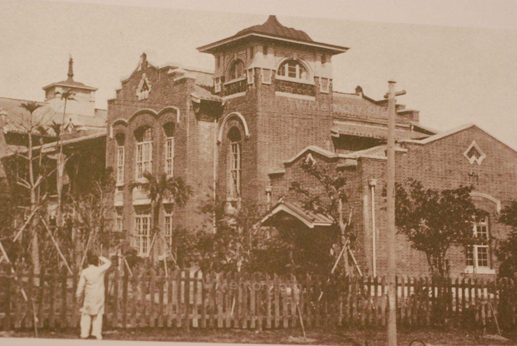 太平國小的校舍紅樓很具代表性,雖因建築老舊拆除,仍是許多校友的心中的精神象徵。記...
