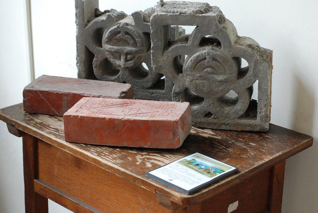 「太平國小120年影像展」展出印有校徽的「太平磚」。記者吳思萍/攝影