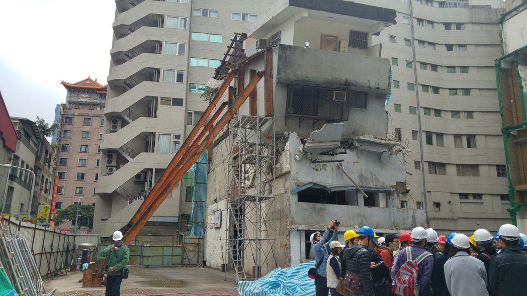 長安西路都更不同意戶因有安全疑慮,最後被北市府下令拆除。圖/本報資料照片、記者莊...