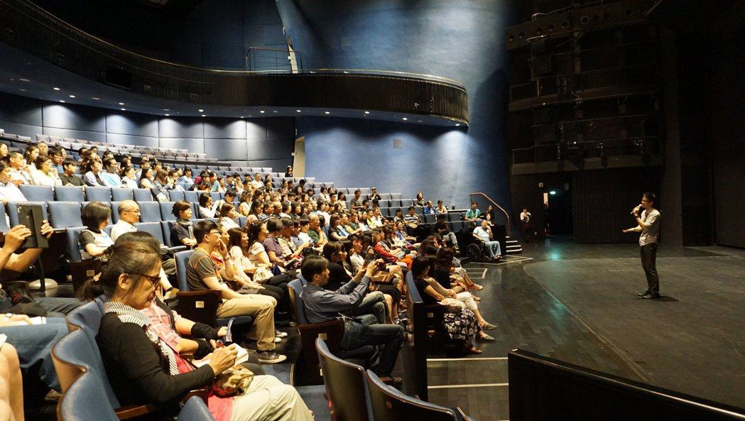 歌劇院推中劇院、大劇院「劇場導覽」,介紹劇場的舞台機關,觀眾還親自深入演員的化妝...