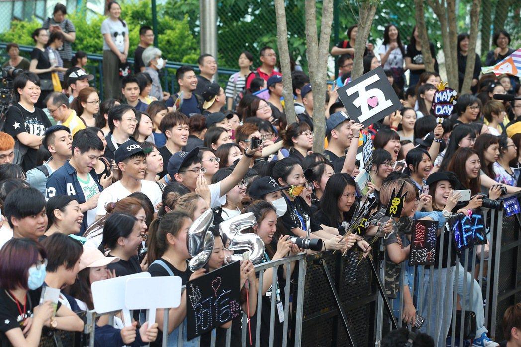 第二十八屆金曲獎今晚在台北小巨蛋舉行,歌迷在星光大道為喜歡的歌手加油。記者余承翰