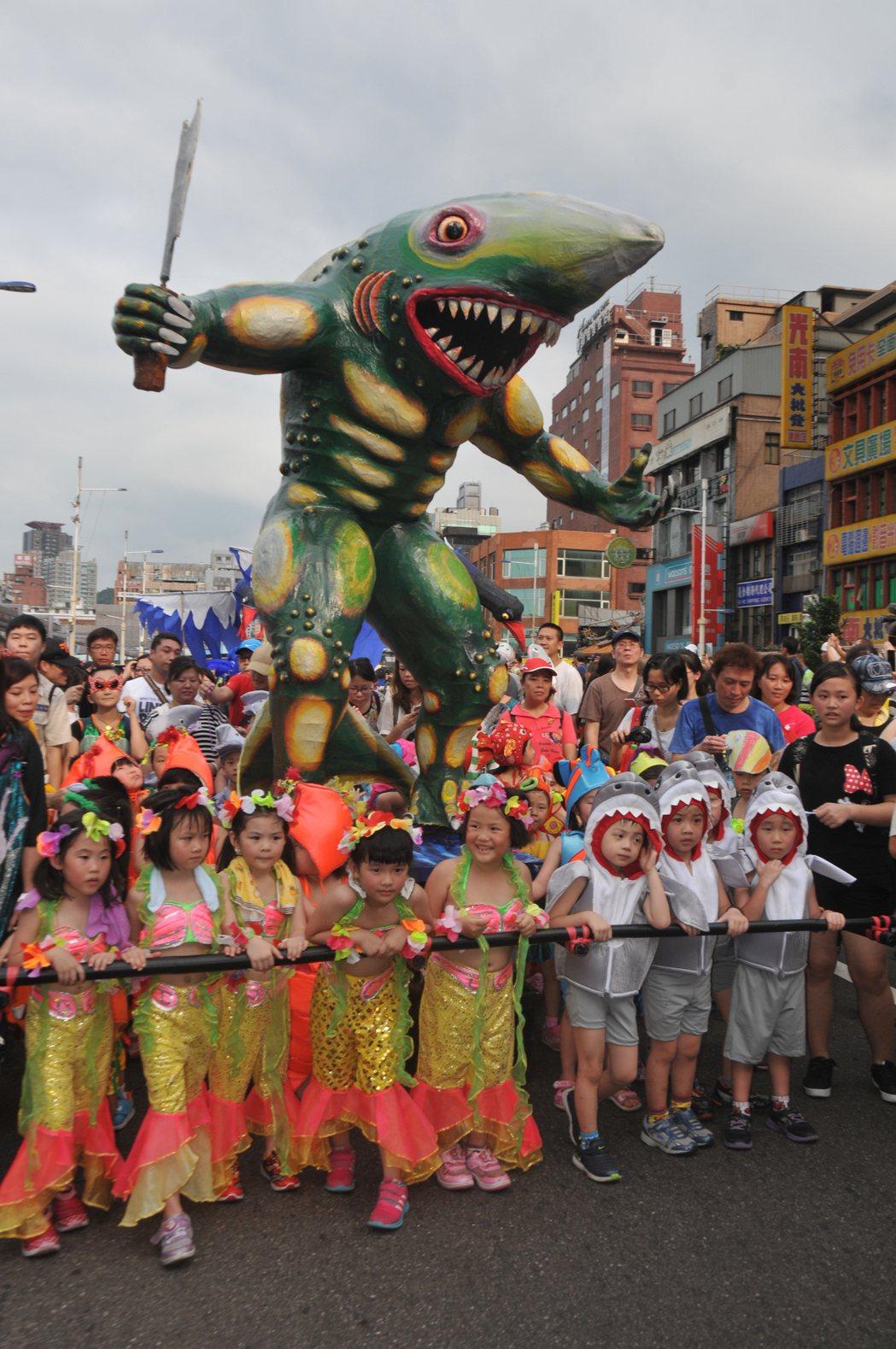 基隆老鷹嘉年華大遊行下午舉行,市區擠爆。記者游明煌/攝影