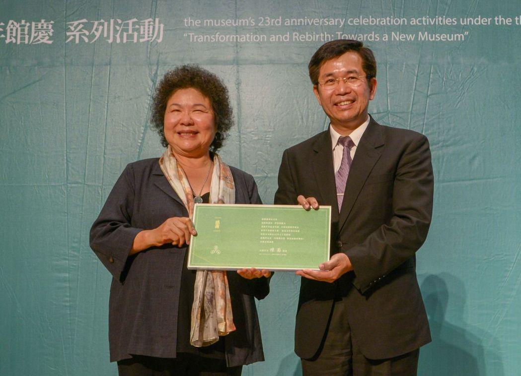 教育部長潘文忠(右)與高雄市長陳菊(左),宣布在高美園區設置全國唯一具有歷史與文...