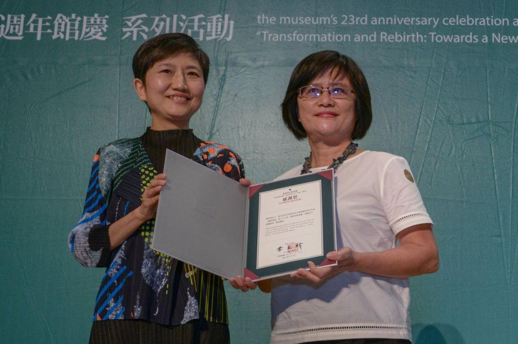 高美館長李玉玲(左)頒感謝狀,感謝藝術家倪再沁家屬林秀美(右)捐贈畫作豐富館藏。...