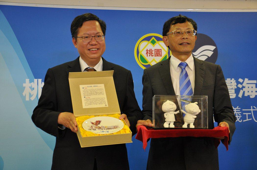 桃園市長鄭文燦(左)與國立台灣海洋大學校長張清風(右)今天為海洋大學到桃園設校簽...