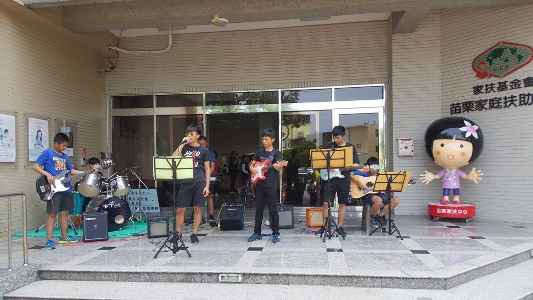 苗栗家扶中心受扶助青少年中午以樂團演奏、街舞表演迎賓。記者胡蓬生/攝影