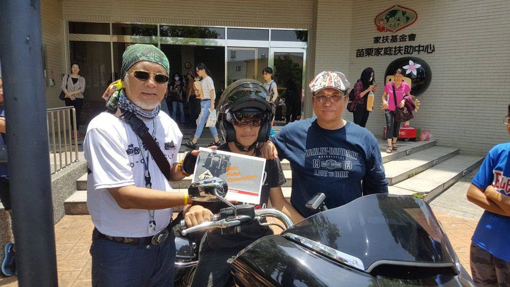 3460火狐輪哈雷車隊以重機車隊陪同苗栗家扶中心的青少年在公路上騎自行車,還指導...