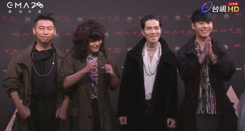 蕭敬騰(右二)率領獅子合唱團登場。圖/翻攝Youtube